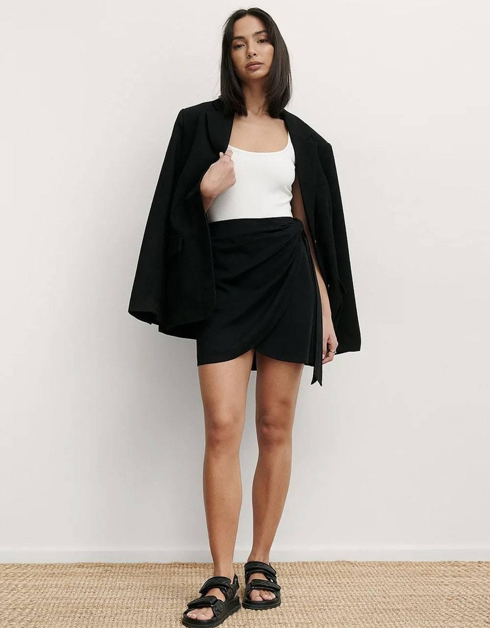 NA-KD overlap side knot mini skirt - black NA-KD Skirt 50,00€